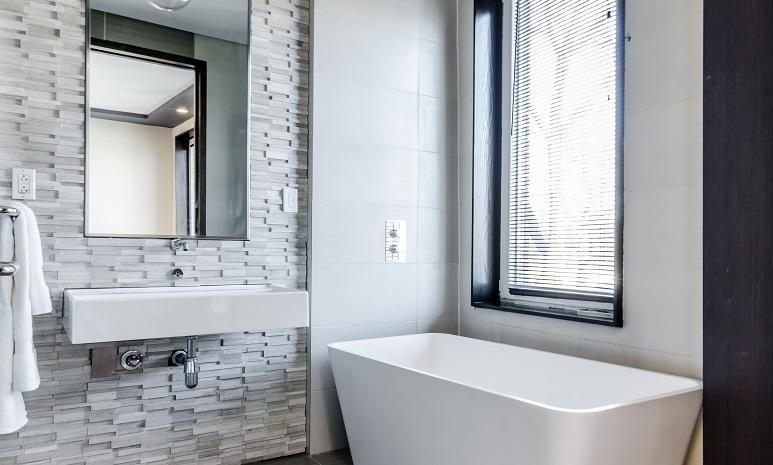 Privacy: quali sono i vetri più adatti per il bagno?